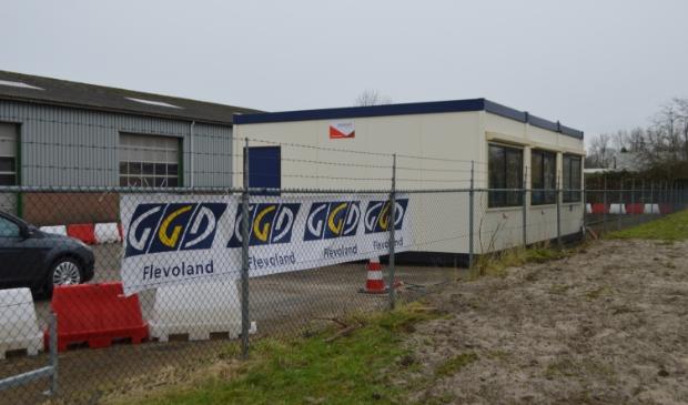 <p>Corona-teststraat van GGD Flevoland aan de Nijverheidsweg in Dronten.</p>