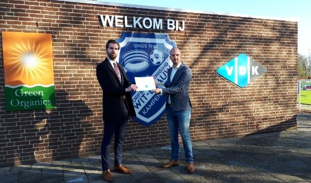 (links) Joeri Pool Statenlid Overijssel reikt de prijs uit aan (rechts) Marwin van den Burg van korfbalvereniging Wit-Blauw/Green Organics