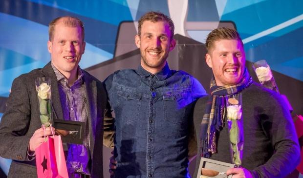 <p>Roy van den Berg (r) op het podium in 2017 bij de Kamper Sportverkiezingen</p>