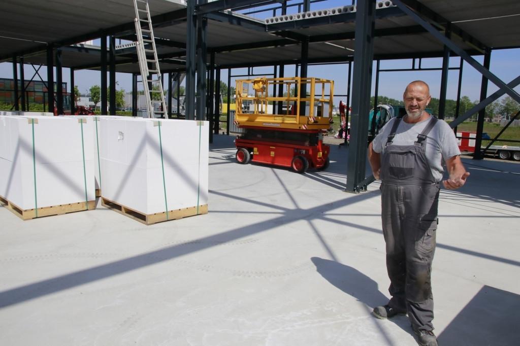 Henk van Meerveld op de bouwplaats aan de Landauer  Steijger Communications BV