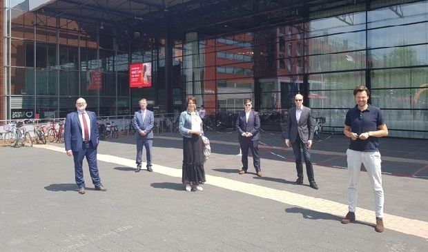 <p>Dani&euml;l Koerhuis (tweede van rechts) sprak in juni in Dronten over de woningbouw.</p>