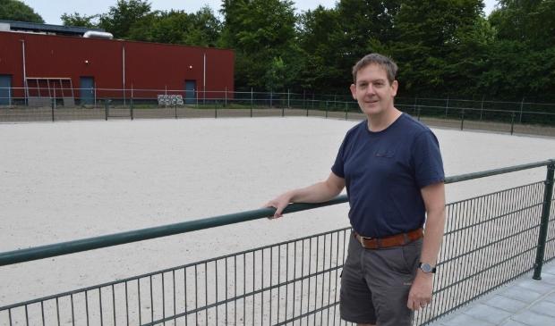 Alexander van den Hemel bij de nieuwe beachkorfbalvelden.