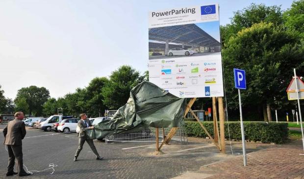 Startsein voor aanleg 1.100 zonnepanelen boven parkeerterrein gemeentehuis