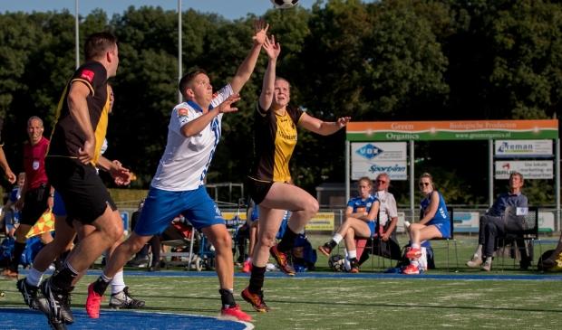 <p>Een beeld van de derby tussen Wit-Blauw en KV DOS Kampen september vorig jaar. De return wordt niet gespeeld.</p>