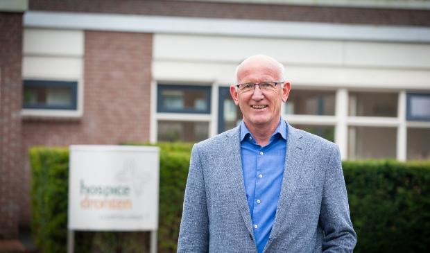 Piet Bleeker bij het hospice.