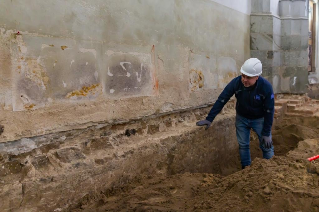 Stadsarcheoloog Michael Klomp bij de oude muur die gevonden werd. Pedro Sluiter