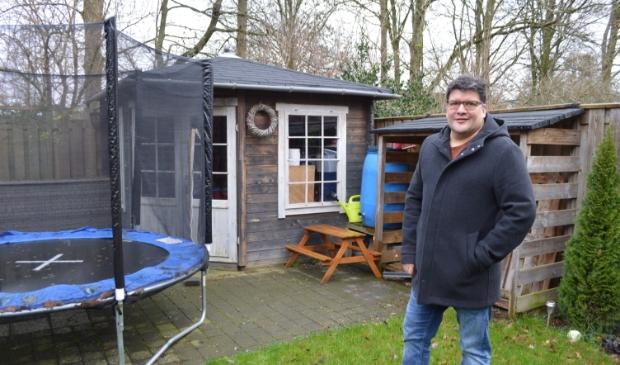 Marck Moreno bij het tuinhuisje dat hij van de gemeente moet afbreken.