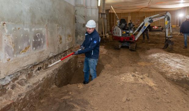 <p>Stadsarcheoloog Michael Klomp bij de oude muur die gevonden werd. Rechts de gevonden grafkelder van de familie Haersoltes.</p>