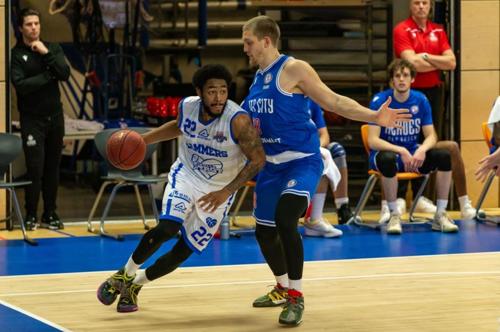 <p>Jhonathan Dunn aan de bal tijdens de wedstrijd tegen Heroes Den Bosch.</p> <p>Foto: Pedro Sluiter</p>
