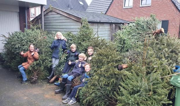 <p><strong>Lise, Lis, Pim, Tom, Thijs en Luuk uit IJsselmuiden zijn dagen in touw geweest om 40 bomen op te halen.</strong></p>