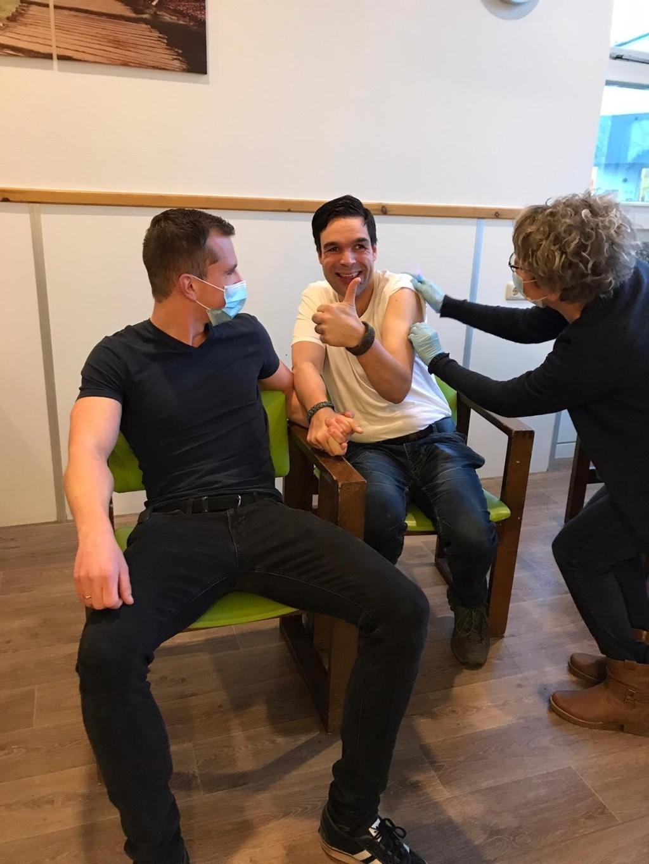 Nico Denissen, begeleid door persoonlijk ondersteuner Mathieu Kolber, is blij dat hij eindelijk een vaccin krijgt. Frion