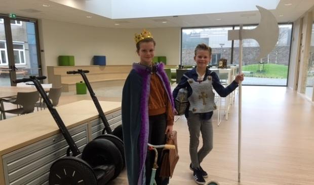 <p>Brugklasleerlingen Stijn Langerak uit Zeewolde en Sara van der Poel uit Putten laten toekomstige leerlingen zien hoe het leven van een brugger eruit ziet</p>
