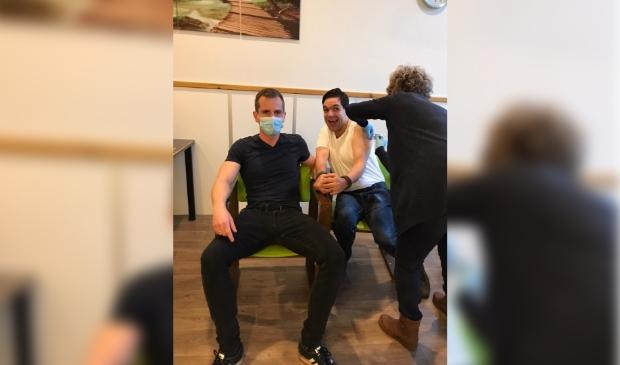 Nico Denissen, begeleid door persoonlijk ondersteuner Mathieu Kolber, is blij dat hij eindelijk een vaccin krijgt.