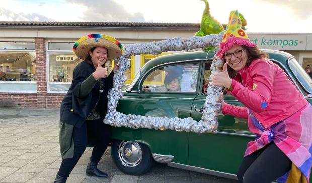 <p>Annemieke en Karlijn vieren letterfeest op basisschool Het Kompas.</p>
