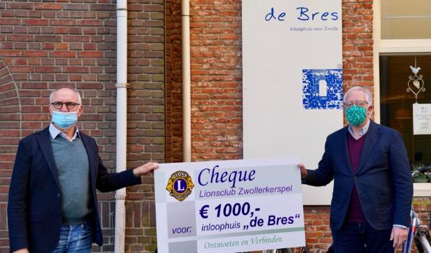 Voorzitter Eduard Metselaar (rechts) van De Bres ontvangt de cheque van 1.000 euro van Willem van Beek van Lionsclub Zwollerkerspel.
