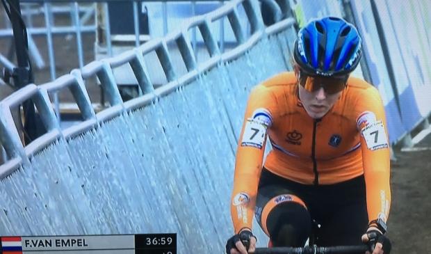 Een teleurgestelde Manon Bakker komt als zevende over de finishlijn.