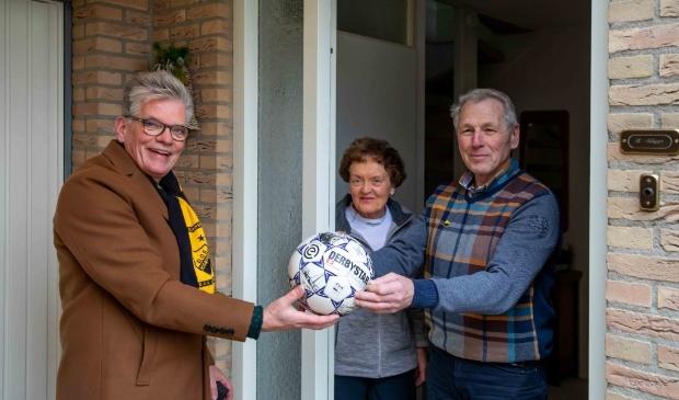 <p>Henk Albers (r) overhandigt een bal aan DOS-voorzitter Arend Runia.</p>
