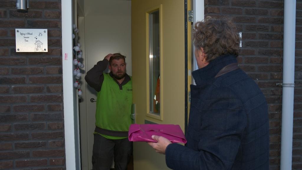 Jeffrey opent de deur voor de EO. EO © BrugMedia