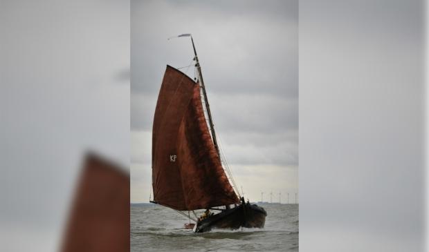 De KP41 is hier op het IJsselmeer naar de traditionele zeilende visserijweek vanuit Workum.