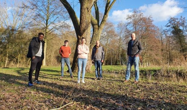 vlnr Bruno Tavares (jongerenwerk, st. Wijz), Eelco Last (Scouting De Hanzeluiden), Anne Louise Sikkema (coördinator Korteweg 4, st. Wijz), Hanjo IJkhout (Natuurspeelplaats), Frank Klappe (Wijkpost Centrum, Gemeente Kampen).