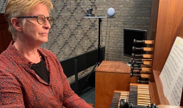 <p>Siemone Middel achter het orgel van De Ark.</p>