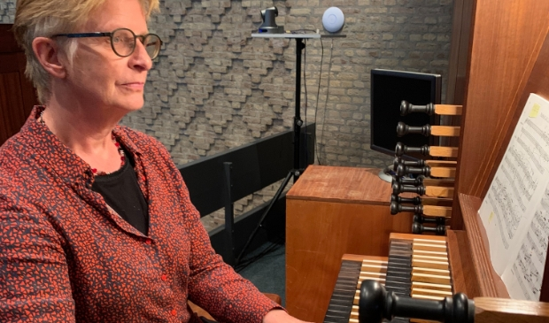 Siemone Middel achter het orgel van De Ark.