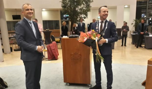 <p>Links de zojuist be&euml;digde nieuwe wethouder Bas Wonink, rechts burgemeester Sander de Rouwe.</p>
