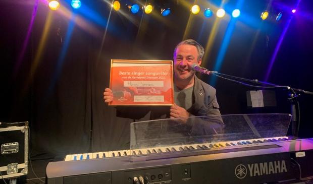 Hans Jansen met zijn prijs.