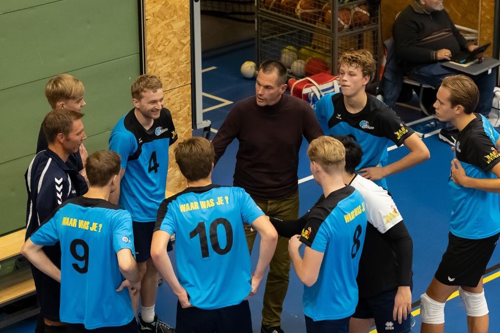 De spelers van Voorsterslag/VC Zwolle luisteren naar coach Kars van Tarel tijdens de derby tegen CSV '28. Foto: Pedro Sluiter © brugmedia