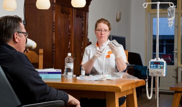 <p><em>Een oncologie verpleegkundige van Icare geeft een pati&euml;nt thuis immuuntherapie.</em> </p>