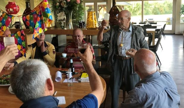 <p>Een toast op de jarige Harry, die net zijn gouden golfbal omgehangen heeft gekregen.</p>