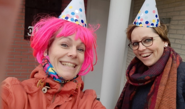 Marieke van Wijck en Marjette Zomer maken er bij elke mentorleerling een klein feestje van