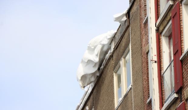 Kampen - De brandweer van Kampen werd dinsdag 9 februari gealarmeerd voor een bult sneeuw dat van het dak aan de Hofstraat dreigde te glijden. De brandweer heeft het met behulp van de hoogwerker verwijderd