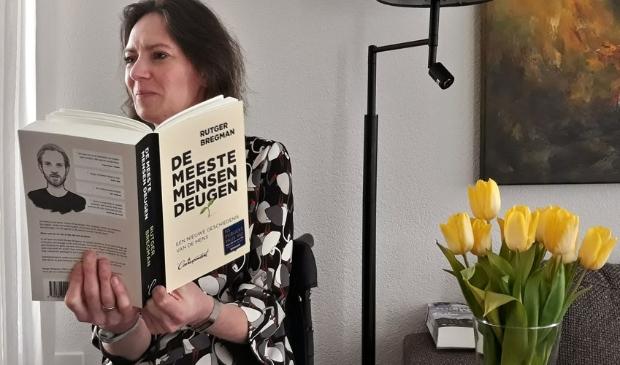 <p>Saskia leest met (h)erkenning het boek van Rutger Bregman</p>