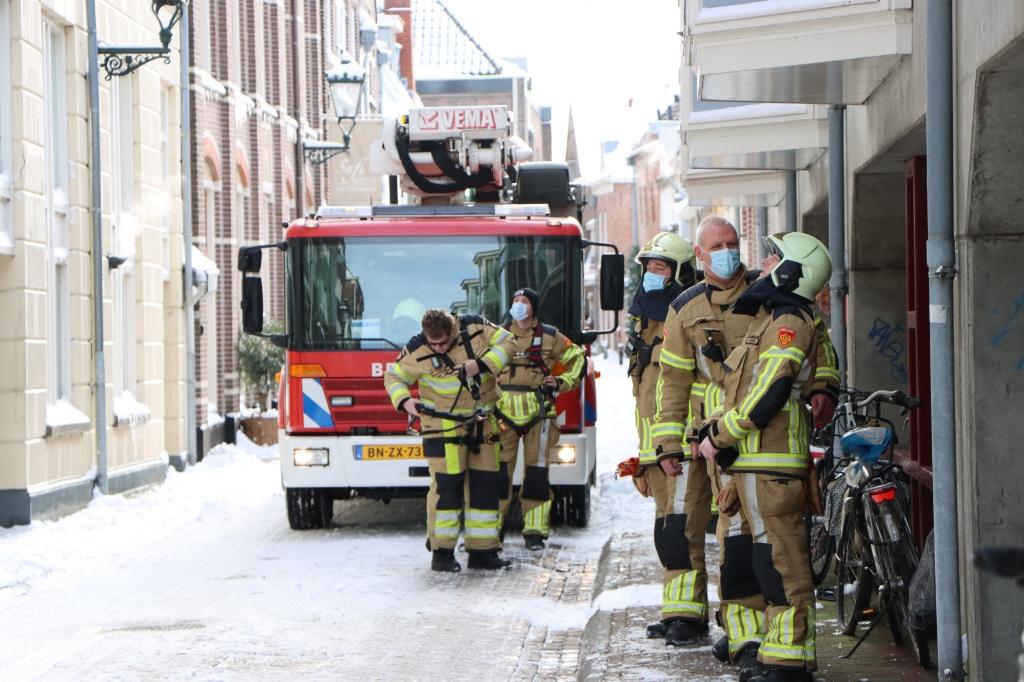 Kampen - De brandweer van Kampen werd dinsdag 9 februari gealarmeerd voor een bult sneeuw dat van het dak aan de Hofstraat dreigde te glijden. De brandweer heeft het met behulp van de hoogwerker verwijderd GinoPress B.V. © brugmedia