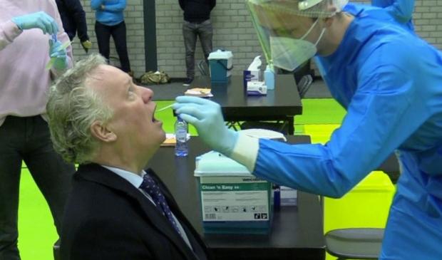 <p>Burgemeester Jean Paul Gebben liet zich als eerste testen.</p>