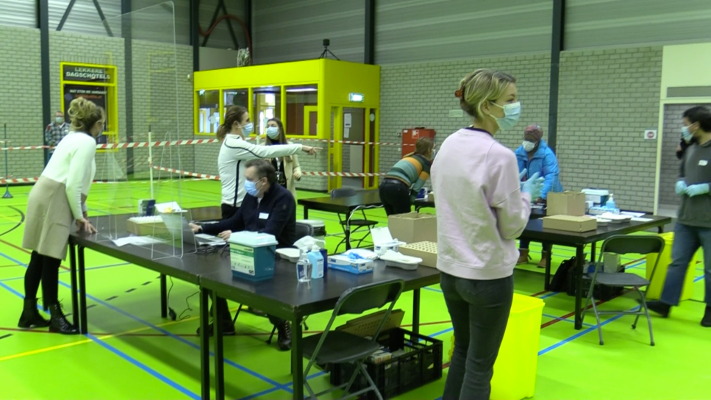 <p>Grootschalig testen in sporthallen 't Dok.</p>