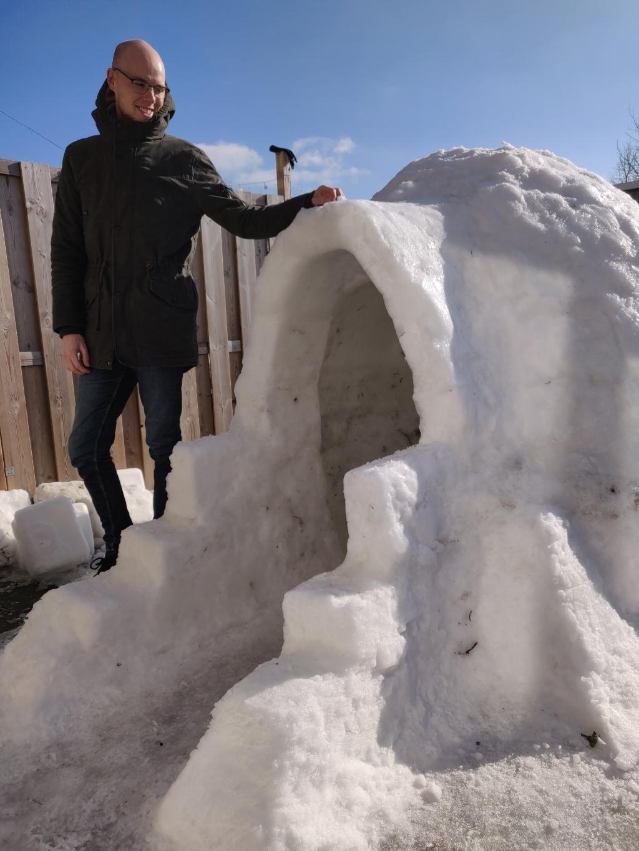 <p>Dani&euml;l bij zijn zelfgebouwde iglo</p> Annika