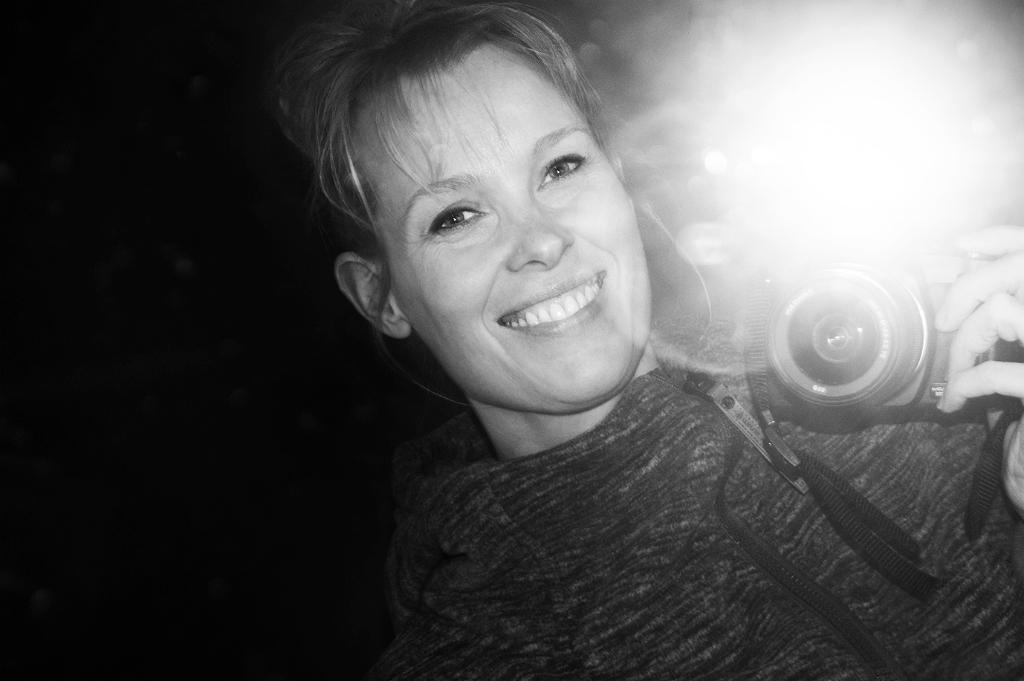 Op de foto staat de fotografe (Hiske de Boer) afgebeeld. Zij is de maker van de foto die een internationale prijs heeft gewonnen. Hiske de Boer Fine Art