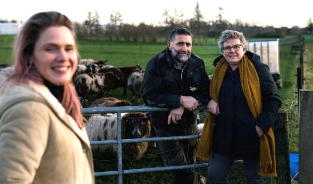 <p>EO-presentatrice Marleen Stelling met gemeenteleden Henk en Kitty Vahl</p>