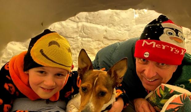 <p>Sven en zoon Yde gingen slapen in de zelfgemaakte iglo... hond Kobus paste er ook nog bij</p>