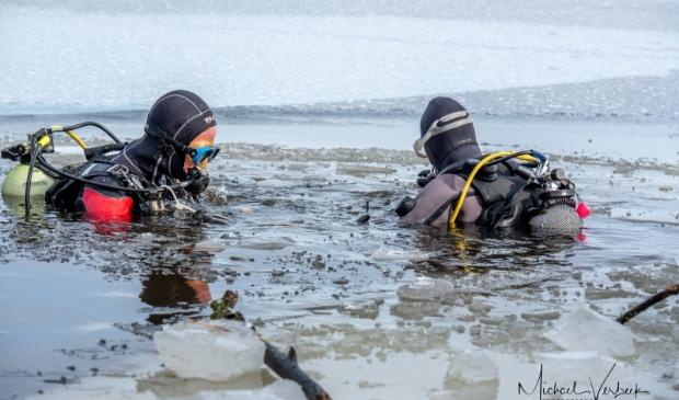 <p>IJsduik door leden van duikvereniging OWSVD</p>