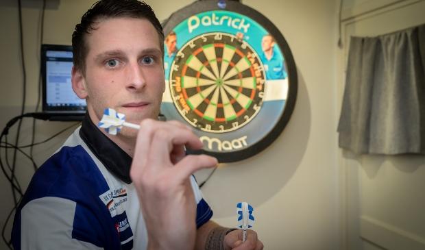 <p>Zwollenaar Patrick Maat heeft zich sinds een jaar of twee op het darts gestort en ging dit jaar zelfs voor een PDC-tourkaart.</p>