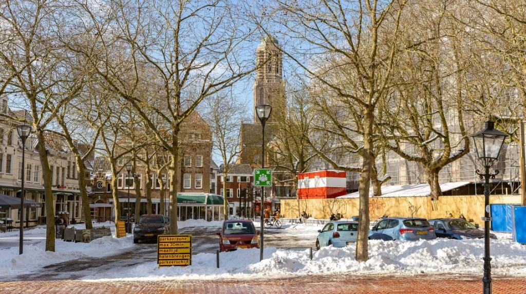 Grote Kerkplein tijdelijk beschikbaar als parkeerlocatie. Pedro Sluiter © brugmedia