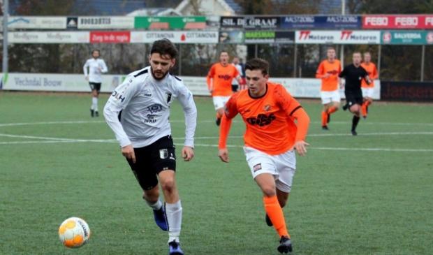 Jonathan van Marle (links) dit seizoen in actie voor Berkum.