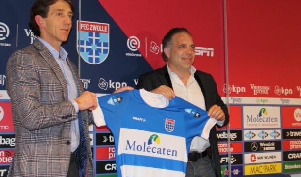 <p>Art Langeler, geflankeerd door technisch manager Mike Willems,&nbsp; gepresenteerd als de nieuwe hoofdtrainer van PEC Zwolle.&nbsp;</p>
