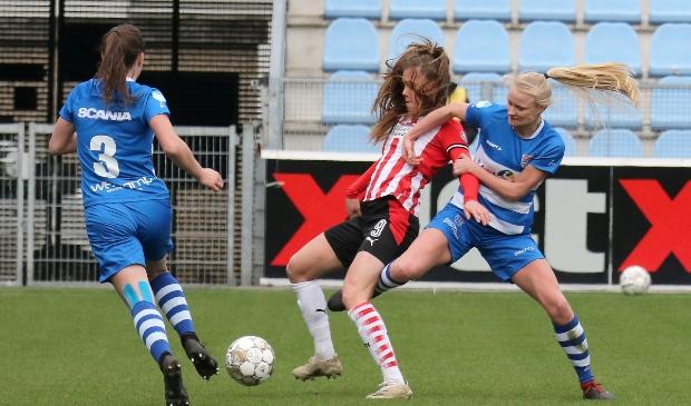 Kely Pruim maakt het international Joëlle Smits de hele wedstrijd lang knap lastig.