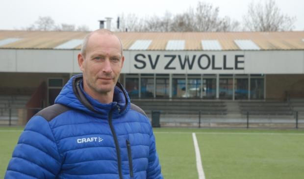 <p>Harjan Jansen op het kunstgrasveld van SV Zwolle, sportpark Marslanden.</p>