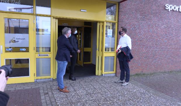 Minister Hugo de Jonge (rechts) bezocht zaterdag de teststraat in sporthal 't Dok.