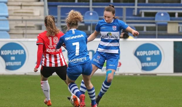 PEC Zwolle Vrouwen eerder dit seizoen in actie tegen PSV.